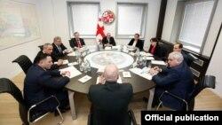 Объединить два во многом дублирующих друг друга органа в одну структуру предлагает парламентская оппозиция