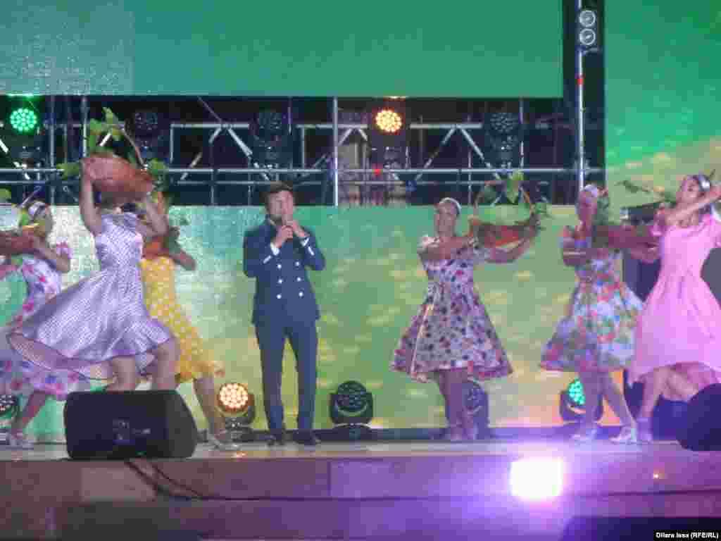 На сцене певец Заттыбек Копбосынов (в центре).