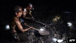 Шахтарі працюють на вугільній шахті в місті Макіївка біля Донецька, 23 грудня 2014 року