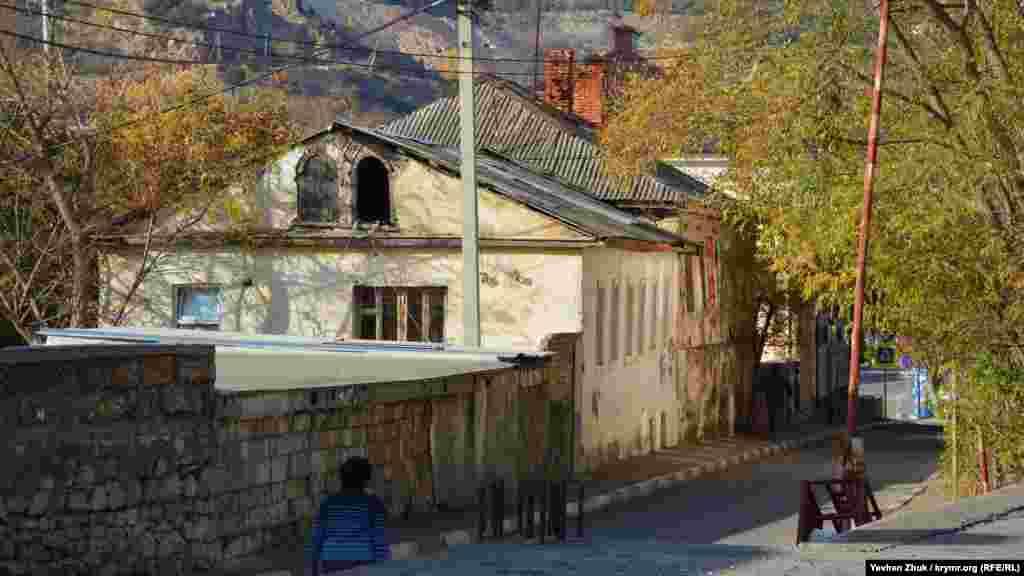 Дореволюционные дома пристроены один к другому