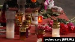 Цветы и поминальные свечи на месте трагедии