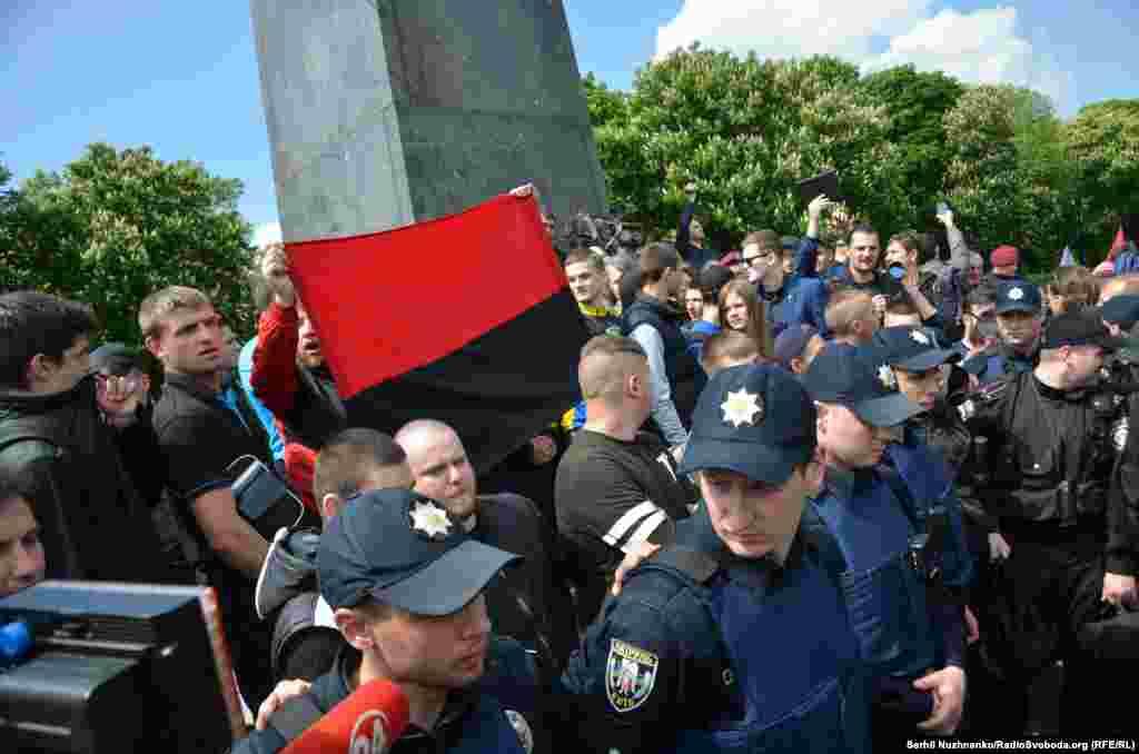 Правоохоронці намагались відтіснити активістів від Монументу слави, які розгорнули червоно-чорний стяг