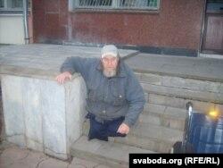 Уладзімер Вусікаў на прыступках суду. Вазок асобна