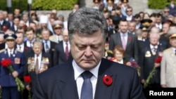 Президент Украины Петр Порошенко возле могилы Неизвестного солдата в Киеве, 9 мая 2015 года.