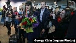 Laura Codruța Kovesi a fost primită cu flori pe aeroport după audierile la Parlamentul European, de la care a ieșit pe primul loc. SIIJ o aștepta a doua zi la audieri