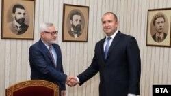 Бугарскиот претседател Румен Радев со бугарски член на Заедничката експертска комисија за историски и образовни прашања меѓу Бугарија и Северна Македонија.