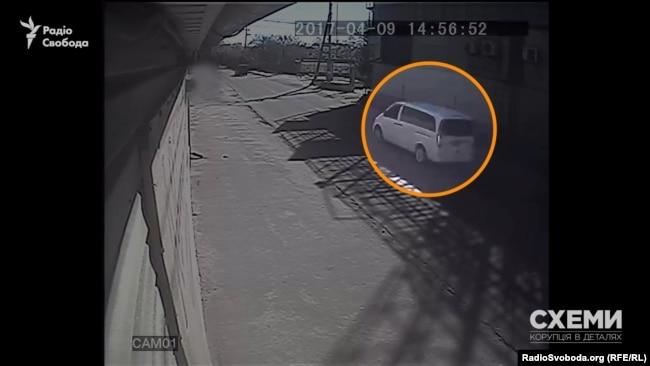 Одразу за Volkswagen T5 прямує білий Mercedes Viano W369