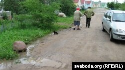 Аграгарадок Залесьсе на Гарадзеншчыне — ля «прэзыдэнцкіх дамкоў» брудная й дрэнная дарога.