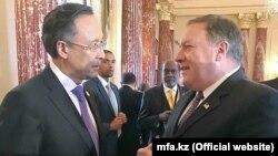 Министр иностранных дел Казахстана Кайрат Абдрахманов и государственный секретарь США Майк Помпео (справа) на встрече в Вашингтоне на фото, опубликованном МИД Казахстана 27 июля 2018 года.