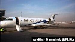 Самолет в аэропорту Алматы. Иллюстративное фото.