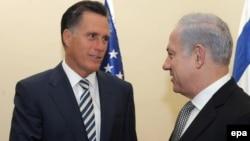 میت رامنی (سمت چپ) روز یکشنبه مذاکرات خود را با نخست وزیر اسرائیل آغاز کرد.