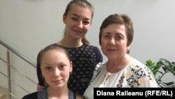 Directoarea adjunctă Svetlana Jitaru de la Grigoriopol și elevele sale Ariadna Pricinoc și Anastasia Stepanov