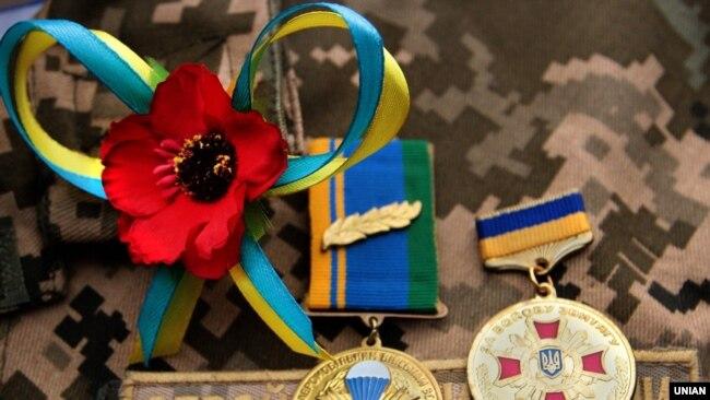 Медалі та квітка червоного маку на грудях військовослужбовця, Івано-Франківськ (архівне фото)