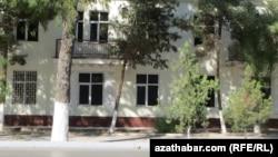 Magtymguly köçesine çykýan gara aýnaly ýaşaýyş jaýy, Aşgabat.