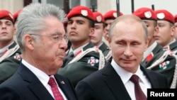 Putin Avstriyada səfərdədir. Solda- Avstriyanın prezidenti Heinz Fischer