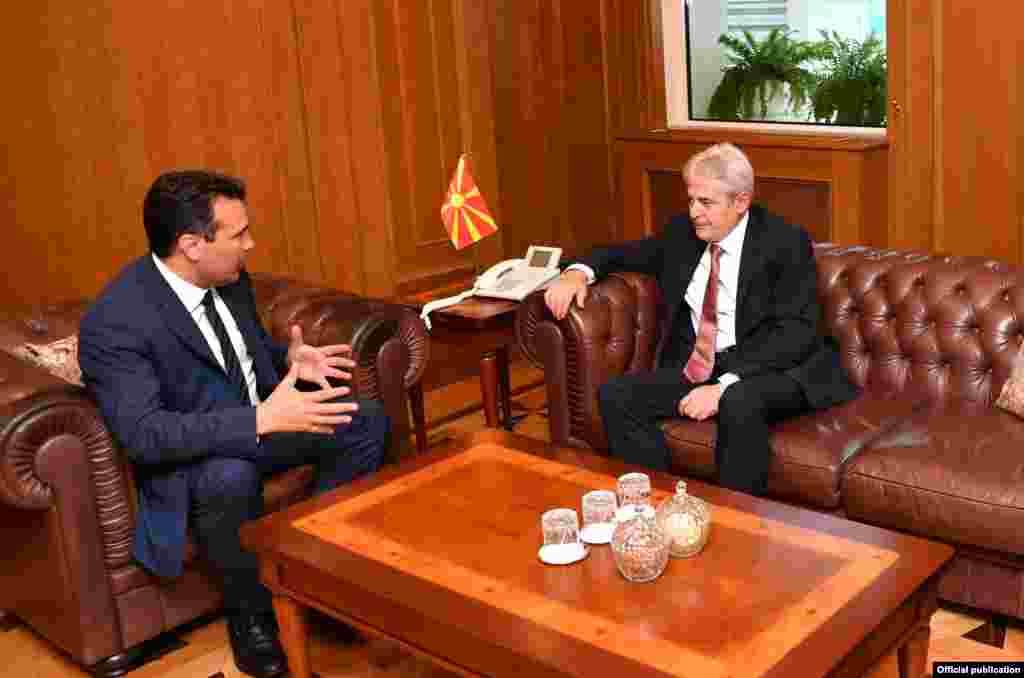 МАКЕДОНИЈА - Премиерот Зоран Заев денеска повика на одржување на лидерска средба в петок во 15 часот во Клубот на пратениците на која ќе стане збор за три теми, односно нов изборен законик, законот за јавно обвинителство и попис на населението. Лидерот на ВМРО-ДПМНЕ, Христијан Мицкоски, прифаќа средба, но само со една точка - предвремени избори.