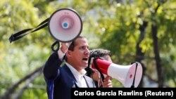Глава оппозиции Хуан Гуайдо обращается к сторонникам во время митинга в Каракасе 30 апреля 2019 года