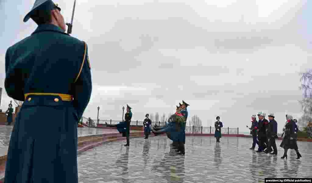 Октябрь революциясынын 100 жылдыгына жана Тарых жана ата-бабаларды эскерүү күнүнө байланыштуу бүгүн Кыргызстанда бир катар иш-чаралар уюштурулду.