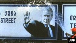 Грузия не включена в европейское турне президента. Но на улице Буша в Тбилиси всегда праздник