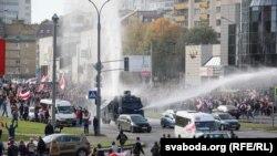 Силовики застосовують водомети для розгону протестувальників у центрі Мінська