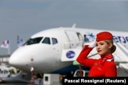 """Бортпроводница """"Аэрофлота"""" на фоне самолета """"Сухой Суперджет"""""""