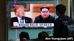 مردم در کره جنوبی در حال تماشای اخبار مربوط به کره شمالی و مذاکرات با آمریکا