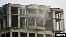 ساختمان نیمه کاره مقابل سفارت آمریکا در کابله که مهاجمان از آن جا شلیک کردند