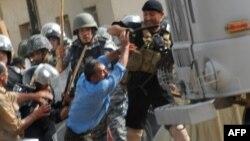 صحنهای از درگیریهای پیشین نیروهای عراقی با ساکنان اردوگاه اشرف.