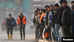 Мигранты, работающие на строительстве объектов для зимней Олимпиады в Сочи.