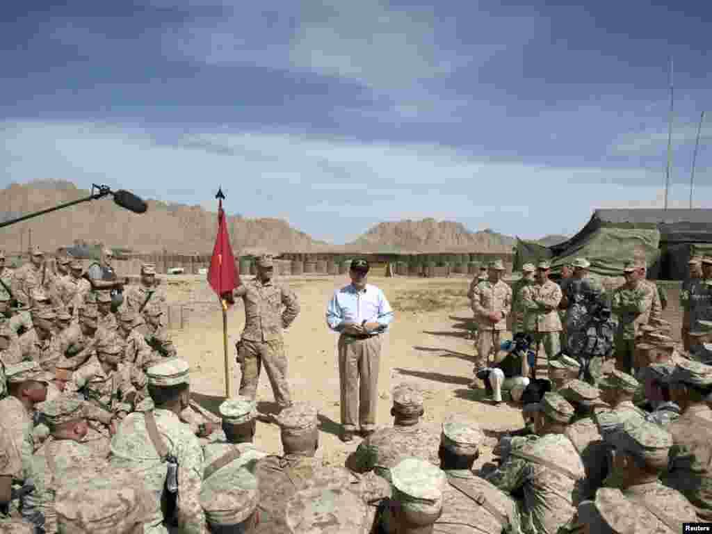Министр обороны США Роберт Гейтс, продолжая двухдневный визит в Афганистан, встретился в Кандагаре с американскими солдатами.