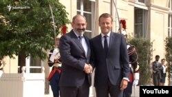 Премьер-министр Армении Никол Пашинян (слева) и президент Франции Эмманюэль Макрон (архивная фотография)