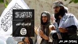 برخی جنگجویان طالب با بیرق این گروه و بیرق گروه داعش در قسمتی از این تصویر