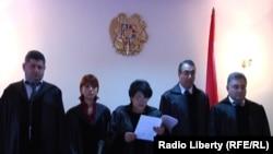 Армения – 5 судей Административного суда в почти пустом зале зачитывают решение по делу о тарифе на газ. Ереван, 26 июля 2010 г.