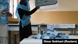 آرای ریخته شده در صندوق در یکی از مراکز رأیگیری در کابل. September 28, 2019