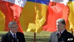 Браніслаў Камароўскі і Пятро Парашэнка на цырымоніі ўшанаваньня ахвяраў таталітарызму ў Кіеве