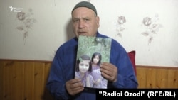 Мухаммадрахим Шоев, дедушка Марьям, показывает фото Марьям и ее сестры (по сообщениям, погибшей в Ираке).