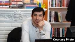 """""""Bakumoz"""" kitab mağazasının sahibi Fərid Kərmov"""