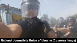 Співробітник поліції розпилив газ в обличчя фотокореспондента агентства Associated Press Єфрема Лукацького, хоча журналіст мав позначення «Преса» на своєму одязі, Київ, 28 липня 2018 року