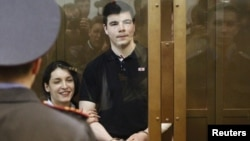 Члены неонацистской группировки Никита Тихонов и Евгения Хасис, представшие перед судом по обвинению в убийстве Маркелова и Бабуровой. Москва, 6 мая 2011 года.