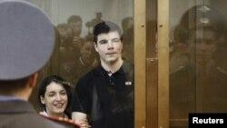 Никита Тихонов и Евгения Хасис слушают приговор в Мосгорсуде, 6 мая 2011 г