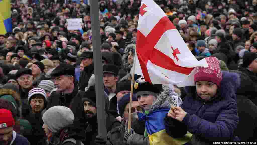 """Қаза тапқан Майдан қорғаушыларының рухына тағзым етіп Киевтегі """"Ар-намыс шеруіне"""" мыңдаған адам шықты."""