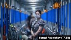 Moskvada karantin qaldırılandan sonra işə gedən qadın