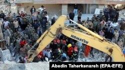 Pamje gjatë operacionit të kërkim-shpëtimit pas tërmetit në Kermanshah të Iranit