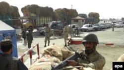 Пакистански паравојник на границата со Авганистан