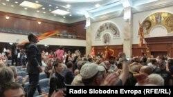 Οι διαδηλωτές εισέβαλαν στο κοινοβούλιο