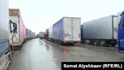Скопление грузовых автомобилей на кыргызско-казахской границе. Январь 2020 года.