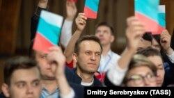 Алексей Навальный (в центре) на съезде своей официально незарегистрированной партии, 28 марта 2019 г.