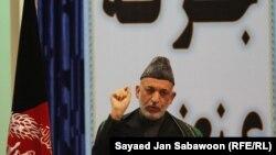 Авганистанскиот претседател Хамид Карзаи се обраќа пред присутните на Лоја Џирга.