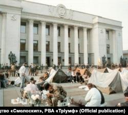 Некоторые из протестующих студентов позже перенесли свои палатки с площади Октябрьской революции к зданию парламента Украины, где тоже был разбит лагерь.