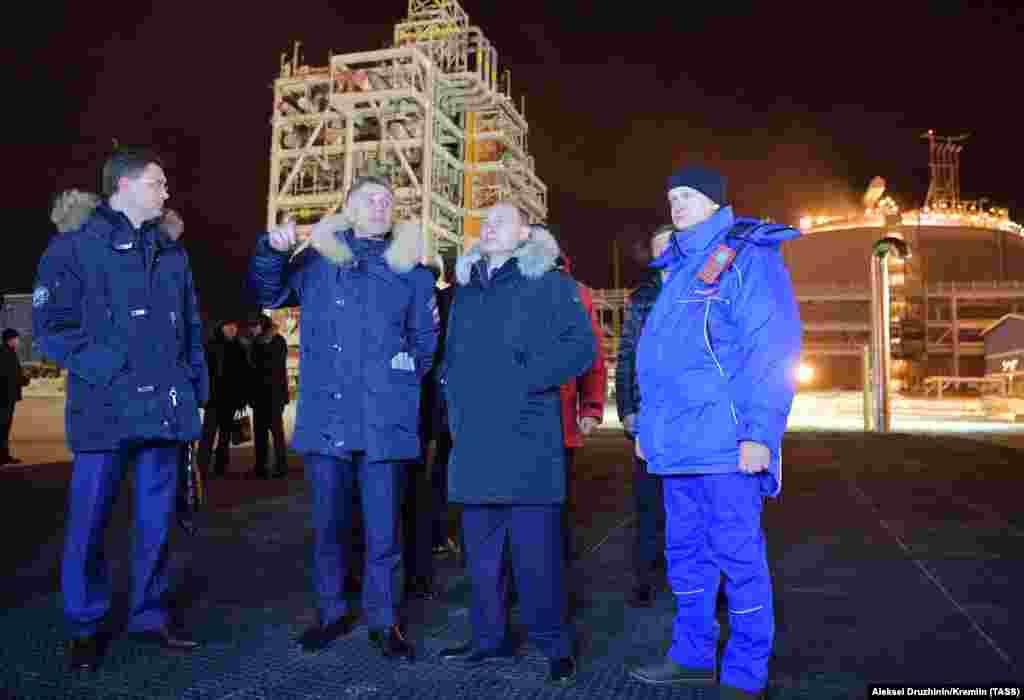 РУСИЈА - Рускиот претседател Владимир Путин фотографиран на Арктикот, за време на инспекција на второто по големина руско наоѓалиште на гас. Путин соопшти дека по 4-ти пат ќе се кандидира за претседател на Русија.